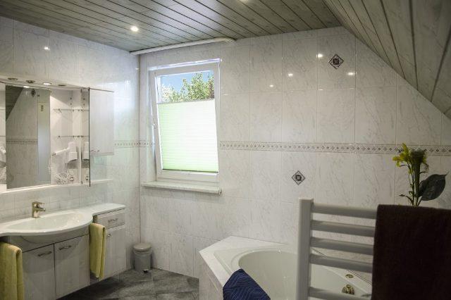 FEWO Pfefferstübchen Brotterode Pension Badezimmer Badewanne Dusche